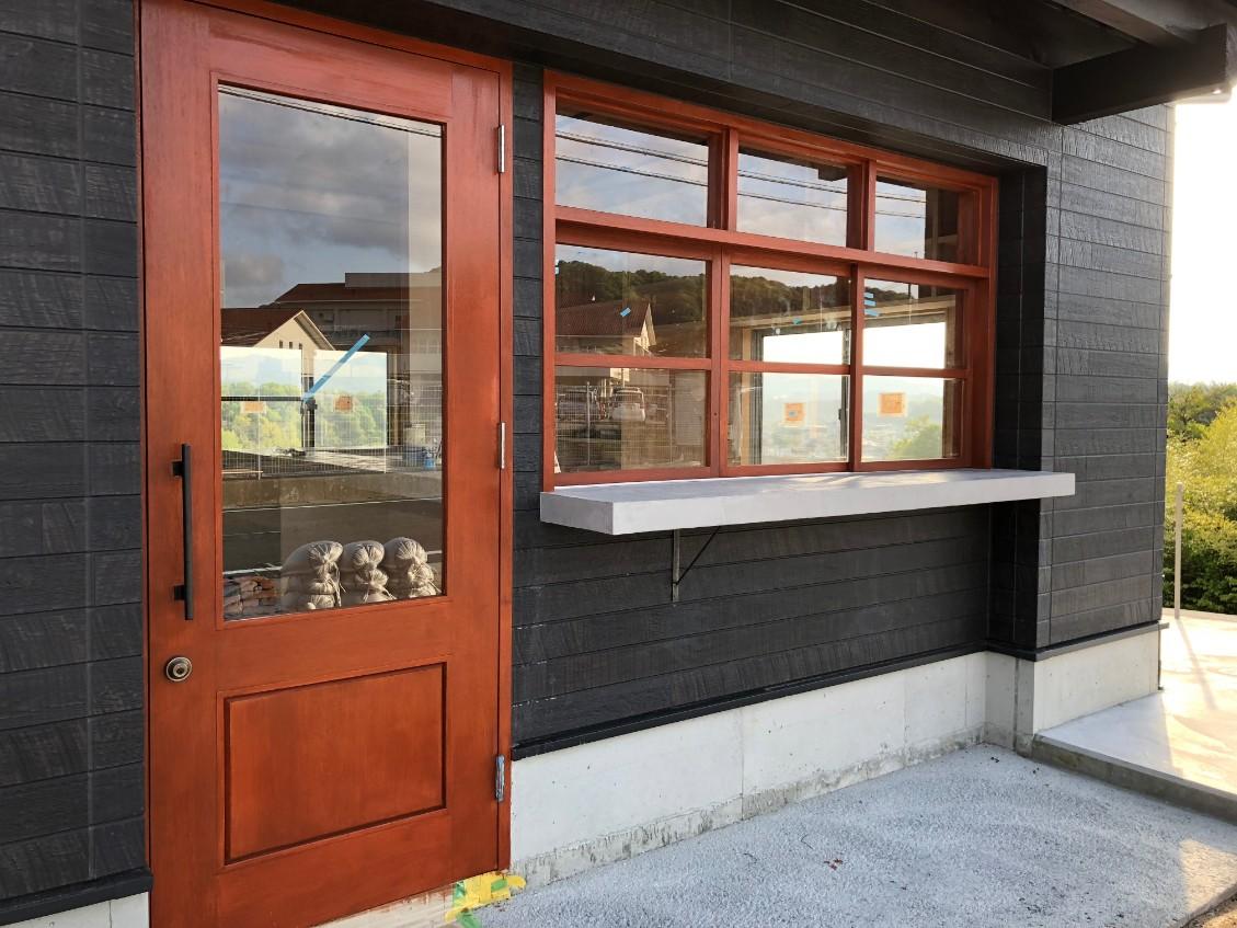 夢のアメリカンガレージ 建築の進捗状況 ⑥ DIYで建具の塗装